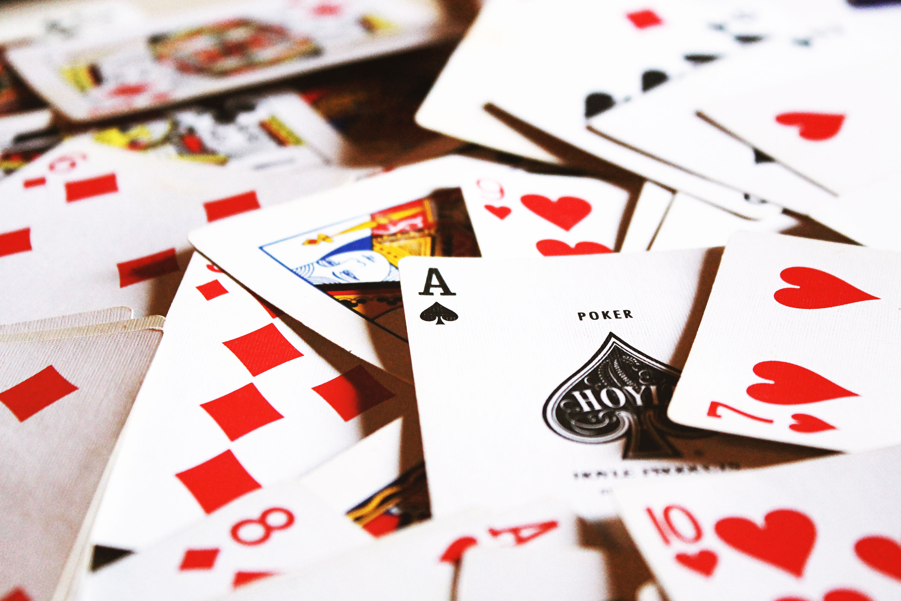 Advantages of playing poker game on the internet
